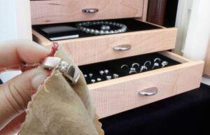 Bảo quản trang sức bạc trong ngăn riêng