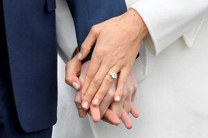 Nhẫn đính hôn nổi bật với kim cương sáng lấp lánh